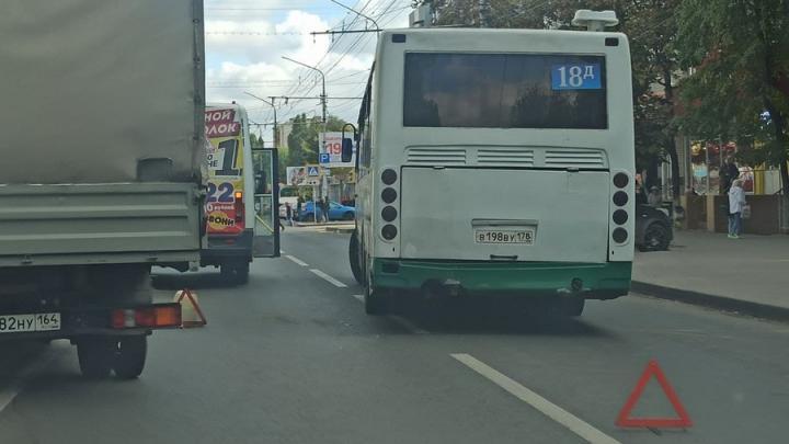В погоне за прибылью на проспекте Энтузиастов столкнулись два автобуса