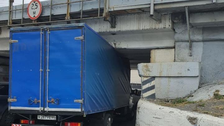 Грузовая «Газель» застряла под «мостом глупости» в Саратове