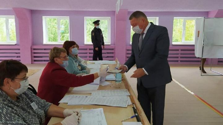 Александр Романов проголосовал на избирательном участке в Базарном Карабулаке