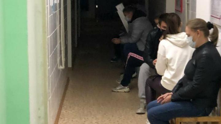 В поликлинике на Вишневой тест на коронавирус занимает два часа