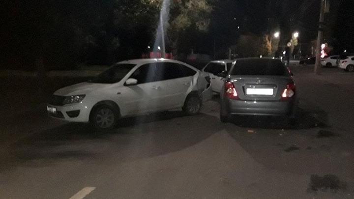 Тройная авария у автосалона на Панфилова: женщина в больнице