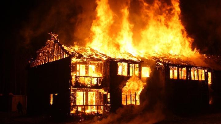 В Саратове горели два жилых дома и баня