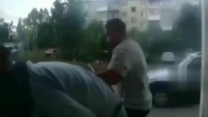 В Саратове муж-рогоносец избил двух соседей и ранил одного из них ножом | 18+