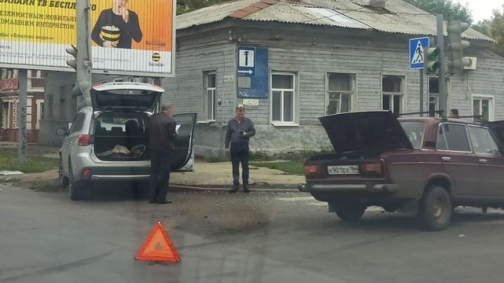 Mitsubishi снес светофор на Чернышевского