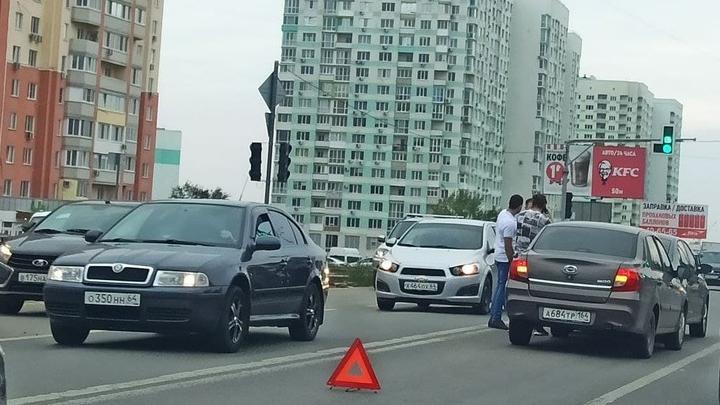 Datsun протаранил Skoda Rapid на Усть-Курдюмском шоссе