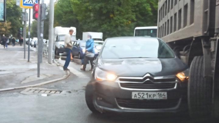 Грузовик подмял прицепом Citroen на Московской