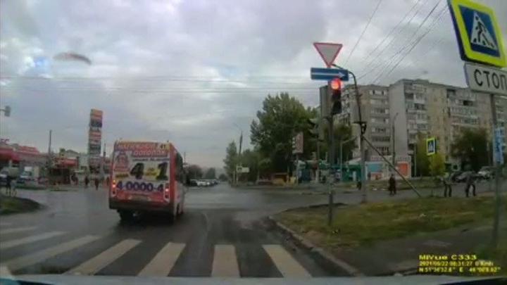 Маршрутка № 41 проскочила на красный в Солнечном| ВИДЕО
