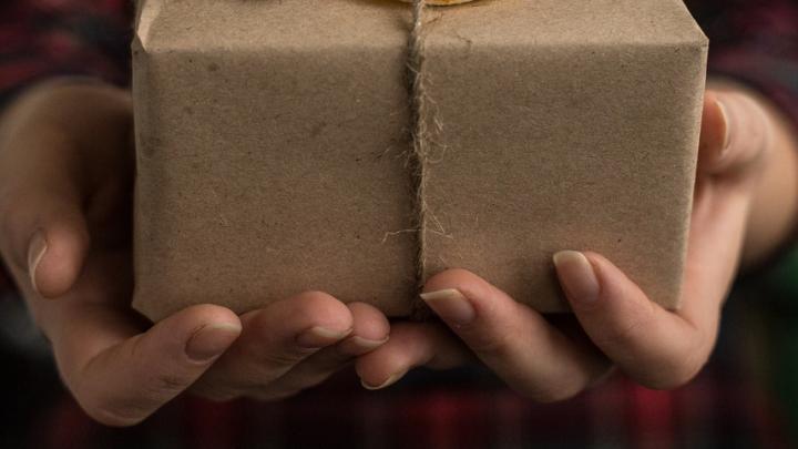Вместо вещей жительница Аткарска получила в посылке бумажные клочья