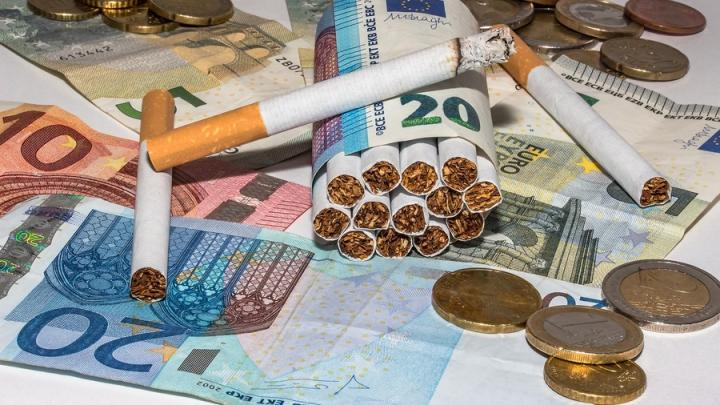 Хозяин подворья расплачивался с подсобными рабочими «паленой» водкой и сигаретами
