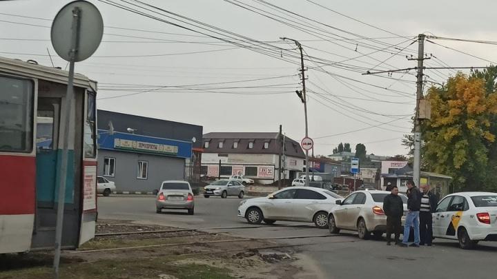 В Саратове авария с такси заблокировала движение трамваев