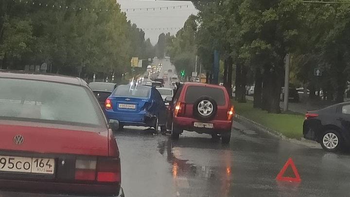 Тройная авария на проспекте Строителей создала утреннюю пробку