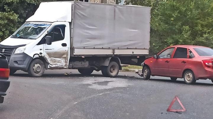«Лада» с грузовой «Газелью» блокировали движение во 2-м Московском проезде