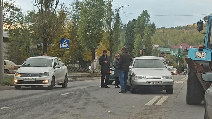 Три «Лады» перекрыли выезд из Саратова в Заводском районе