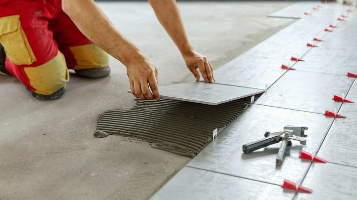 Правила укладки керамической плитки в крупных помещениях