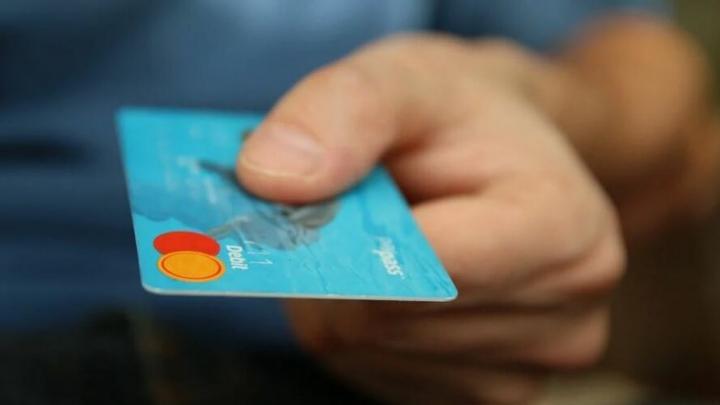 Сотрудник салона тайно оформил кредитку на клиента и отправился за покупками