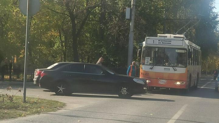В Саратове иномарка протаранила троллейбус