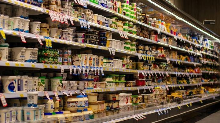 Бывший зэк пытался украсть из магазина сыр, колонку и наушники