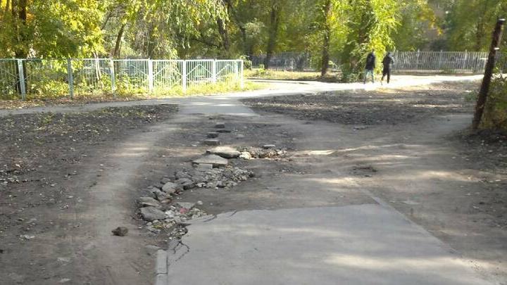 Жители Заводского района жалуются на разбитую дорогу к школе