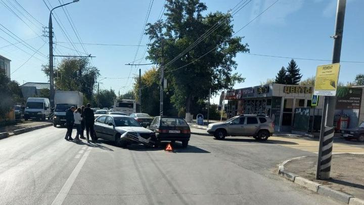 В Энгельсе авария двух легковушек парализовала движение к Саратову