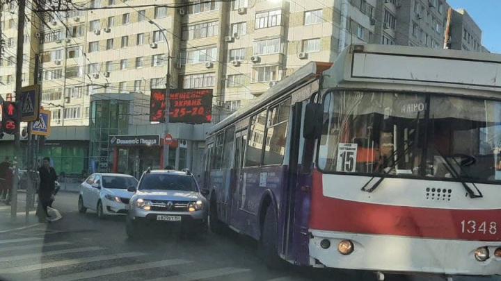 """Улица Московская """"стоит"""" из-за аварии с троллейбусом № 15"""
