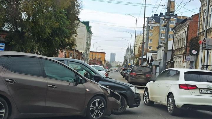 "В центре Саратова пробка из-за ДТП с ""Ладой"" и Kia"