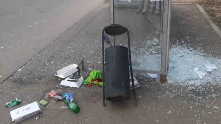Жители Солнечного жалуются на разбитые остановки