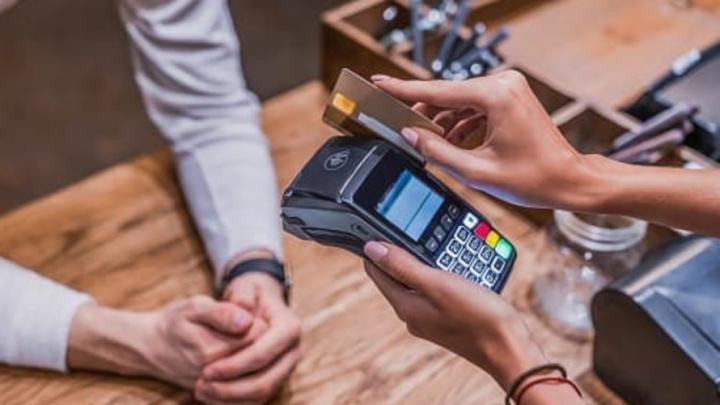 Подростки и рецидивист подозреваются в краже денег с банковских карт