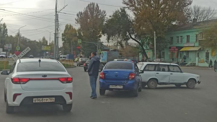 «Четверка» и «Лада» заблокировали въезд в Саратов на Сокурском тракте
