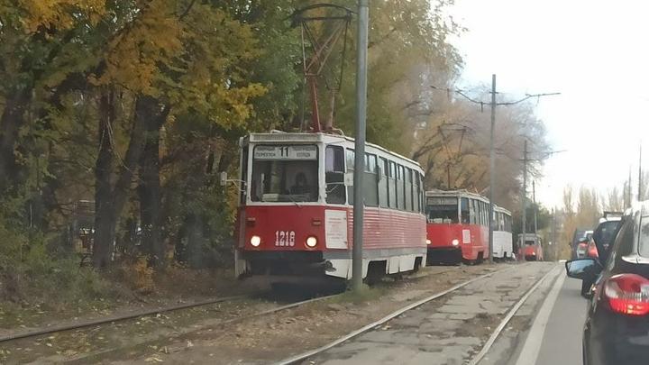 В Мирном поселке из-за обрыва проводов стоят трамваи № 11