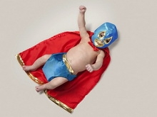 Брошенный на улице младенец чудом выбрался из пакета
