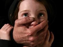 На девочку в сквере напал извращенец