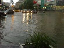 Ливень в Саратове: Вода подошла к ступеням Главпочтамта