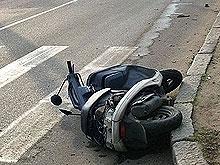 Мотоциклист сбил малышку на тротуаре