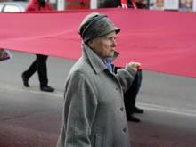 Саратовские коммунисты подняли красные флаги на площади Революции