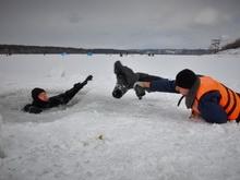 Полицейские с помощью портупеи вытащили провалившегося под лед