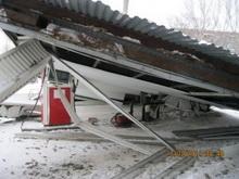 Большегруз обрушил крышу автозаправки. Фото