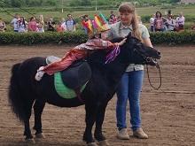 На открытии бегового сезона в Саратове выступила двухлетняя наездница
