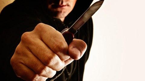 Разбойник с ножом отобрал в подъезде у женщины 250 рублей