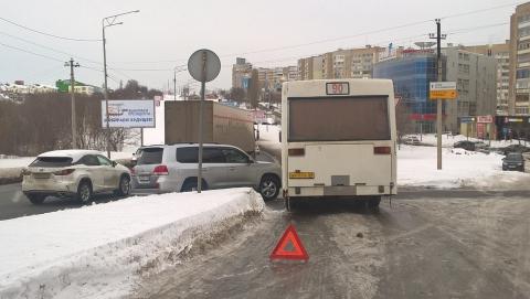 Авария с 90-м автобусом  блокировала выезд с конечной остановки в Юбилейном
