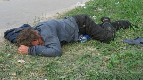 Опасного преступника нашли спящим у гаражей