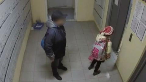 Сантехники задержали в лифте 58-летнего педофила