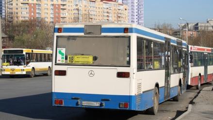 На Тульской в аварии пострадали три пассажира автобуса 18д
