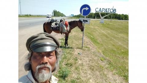 Конный путешественник Цзин Ли остановился на один день в Саратове
