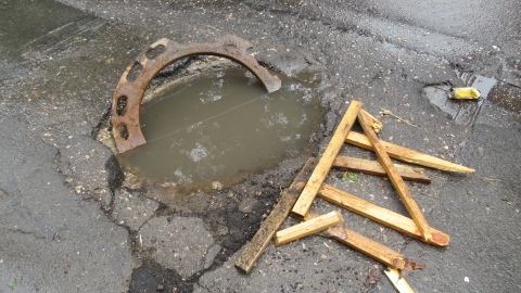 Чиновники Волжского района не смогли найти владельца опасного колодца в центре Саратова