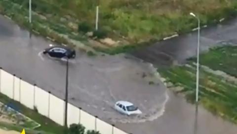 Отечественный автомобиль переплыл улицу в Солнечном поселке
