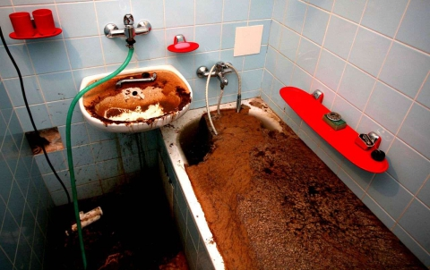 Засоренную канализацию в саратовском доме прочищают третьи сутки
