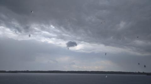 Гроза и шквал ветра надвигаются на Саратов