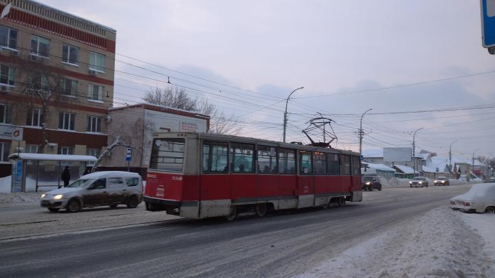 Трамвай 11 маршрута прервал движение. Горожане стоят на морозе по 25 минут