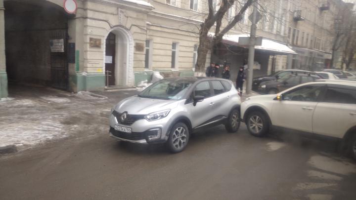 На улице Горького пробка из-за столкновения белых иномарок
