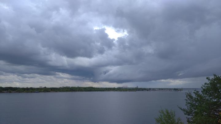 Грозы, ветер и град надвигаются на Саратовскую область